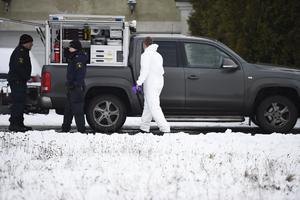 Polis och kriminaltekniker på plats efter att tre personer har hittats döda i en villa i Skurups kommun i Skåne. Polisen som inte vill berätta något om åldrar eller kön på de döda.