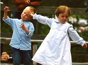 2:a prisDet är härligt att ha en hel dansbana för sig själv på Bjuråkersstämman.Foto: Jonas Kristofers, JärvsöJuryns omdöme: En spontan bild med en varm känsla. De har en inlevelse i dansen som bara barn kan ha.