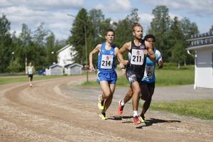 Högsta fart direkt satte Perra Hellströn för Sportsgym på första sträckan. Här leder han före Umeå och Kekke´s Boys.