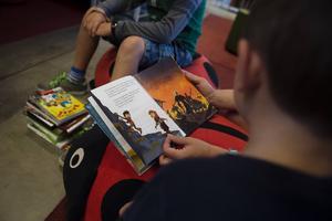 Svenska Bokhandlareföreningen vill locka fler barn till läsning och skänker därför bort gratisböcker till sjuåringar.