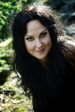 Nina Söderquist har kallats Sveriges musikaldrottning, men i helgen bjuder hon på hårdrock.