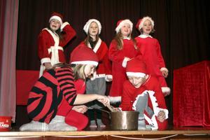 Julstämning. Junistomtenissarna bjöd på skönsång.