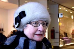 Majken Alexandersson, 70 år, centralt Örebro:Majken har en nyinköpt mössa i vit fuskpäls dekorerad med en svart rosett.Inget stickat?– Nej, det är inte min stil. Jag har inte haft mössa på senare år men nu var det så kallt att jag var tvungen att köpa en. Annars har jag ofta hatt, på sommaren har jag en halmhatt.