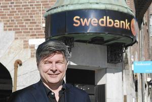 Bosse Johansson framför Swedbanks kontor i Östersund. Härifrån ledde han bankens verksamhet i länet mellan 1999 och 2002.