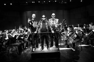 Gävle Symfoniorkester har på senare år breddat sitt musikfält, en styrka som kommer att behövas i framtiden. Här med death metal-bandet Sorcery 2013.   Foto: Lina Westman