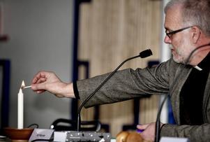 Prästen Carl Axel Hagberg citerade Nobelpristagaren Tomas Tranströmer och tände ett ljus inför fullmäktigeförsamlingen.