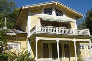 Balkongdörrarna är öppna i det tomma huset, och någon har fällt ut solskydden.