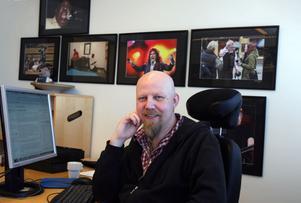 """karaktäristiskt skägg. Arbetarbladets blivande chefredaktör Daniel Nordström är välkänd för sitt karaktäristiska skägg i sin nuvarande hemstad Umeå. """"Jag ser ju ut lite som Gävlebocken, hoppas ingen bränner ner mig"""", skojar han."""