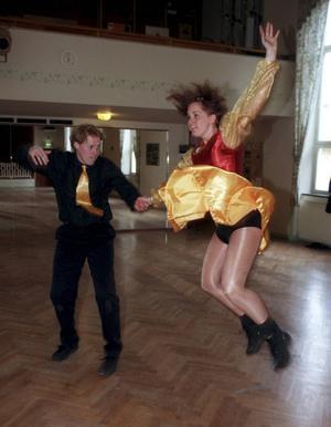 Dansklubben Altira Sundsvall tog bronsmedalj vid Dans-SM Daniel Sjöbom och Carolina Nilsson dansar jitterbugg 990519