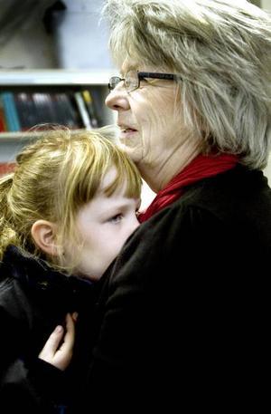 Hos mormor. Många generationer samlades på pensionärsfikat  i Järbo. Sexåriga Ellen gömde sig hos mormor Ingrid Liebenholtz.