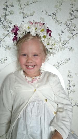 Wilma 4 år fick en fin midsommarkrans av blommorna från sin mammas 30-års dag.