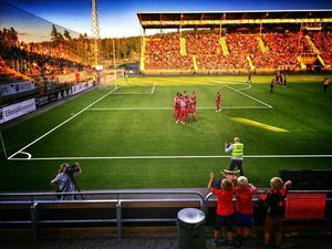 Augusti: Sommaren när vi kröp ihop gemensamt under läktartaken på arenan och jublade fram Östersunds fotbollshjältar i allsvenskan.