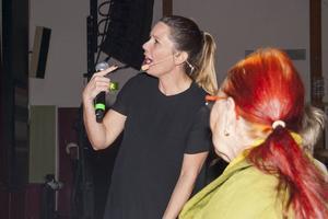 Julia Nesselt ledde allsången, ofta ute bland publiken.