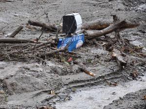 Skistars personalparkering, det är knappt så motorvärmarna syns ovanför leran.