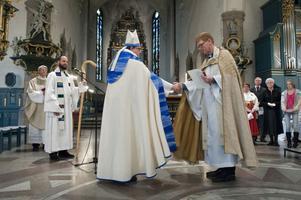 Biskop Västerås stift Thomas Söderberg introducerar kyrkoherden Thorhallur Heimisson till församlingen.