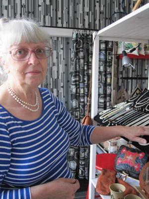 MÅNGA JÄRN I ELDEN. Mona Fängström skapar smycken och väskor i vikingastil.