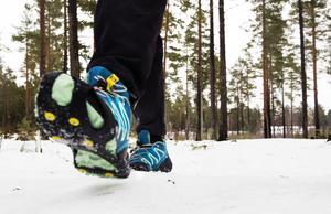 Broddar och ett par stavar kan vara räddningen för att hålla i promenaderna även vintertid.