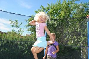 Min dotter Alva älskar allt som hör sommaren till t.ex hoppa på studsmatta