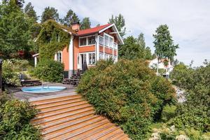 I Främby ligger denna villa med pool och poolhus.