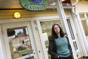 Jeanette Ek är orolig för att vården på demensboendet ska bli sämre om personalen blir färre.