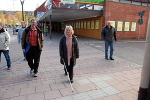 Glada miner. Rättviks gatumiljö för synskadade får godkänt av vägverkets Susanne Borg, mitten. Vägingenjör Richard Lennius, tv, och förvaltningschef Leif Kratz, th är glada över det.