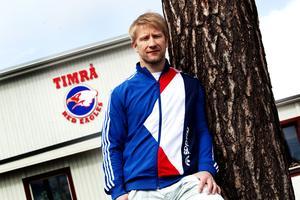 Timo Pärssinen utanför ishallen i Timrå. Bilden togs bara dagar innan han flyttade hem till Finland igen 2012.