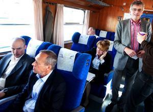 Per Åsling (stående) anordnade gårdagens diskussion kring Inlandsbanans framtid. – Banan är oerhört viktig för regionens tillväxt, säger Åsling. Foto: Håkan Luthman