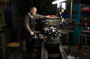 Både Rolf och svarven går i pension samtidigt. Det finns nämligen ingen mer än Rolf som klarar av att köra den gamla maskinen från 1948. Foto: Jan Andersson