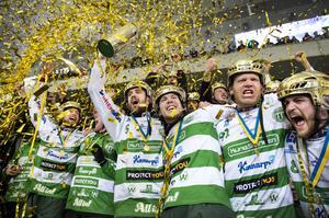 VSK vinner SM-guld mot Sandviken 2015. Holmberg längst till höger.
