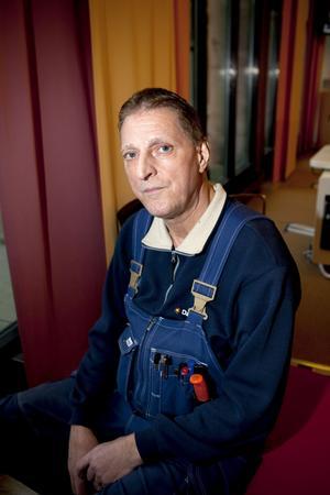 """Besviken. Driftteknikern Ronny von Rahlen skadades på arbetet i juni i fjol. Stödet efteråt tycker han har varit povert. Både från arbetsgivare och försäkringsbolag. """"Jag har fått uppleva hur mycket hjälp man får när det verkligen gäller."""""""