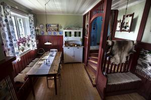 I anslutning till hallen hittar du rummet vars inredning inspirerats av Carl Larsson.