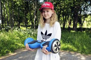Amanda Persson med sin hoverboard.