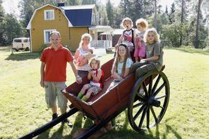 Familjen de Vreeze består av inte mindre än åtta personer, den yngsta endast fyra veckor gammal. De har funnit sig väl till rätta i Ramsjö men om fritidshuset i Kvarnsveden också ska bli permanentboende är det ingen som vet.