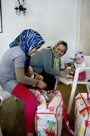 Under flykten låg lilla Hassti i magen. Zina Bakbari är så glad över att familjen är i trygghet i Sverige. Hadis som är sju år går i första klass och hjälper till att tolka, från dari till svenska.