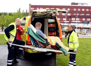 En 22-årig Timråbo fick föras till Sundsvalls sjukhus efter en lägenhetsbrand på Mellangatan.