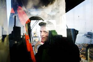 Lennart Näslund sköter smidigt gripklon. Ibland fångar han försiktigt endast en liten stam och flyttar den ömt till sidan.