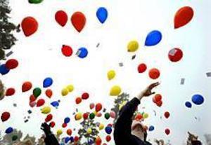 Hej då ballonger! Marcus Carlsson var en av eleverna på Kyrkskolan i Årsunda som sände iväg ballongerna. Foto: LEIF JÄDERBERG