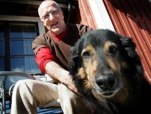 Hunden Bronson är Janne Karlssons trogne följeslagare, både på promenader och  i författarlyan.