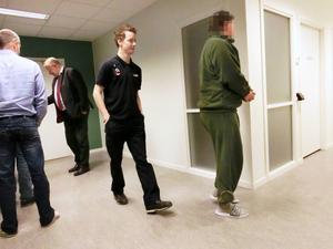 Den huvudmisstänkte 37-åringen, som har satt sprätt på alla miljoner, i en paus i den långa rättegången. Till vänster vid dörren hans advokat Jan-Åke Nyström.