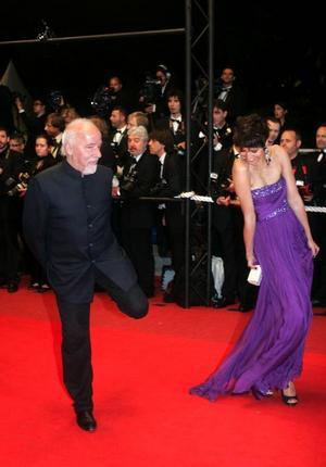 """Under sitt besök på årets fimfestival i Cannes passade Paulo Coelho på att ta en svängom med en okänd kvinna vid premiären på Lars von Triers """"Antichrist"""".Foto: Lionel Cironneau/AP/Scanpix"""