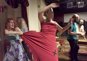 En föreställning om passion, krig och kärlek, med het dans här är det Uggle Carin som dansar - Paulina Pfeiffer.