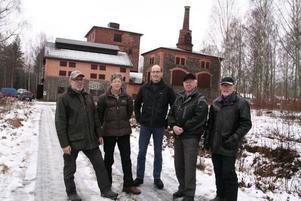Hyttan ingick. Leif och Inger Skoglund, Per Landström, Ebbe Lundqvist och Kalle Jäderström framför sin egen hytta.Bofast. Per Landström bor i Axmarbruk med sin familj. Nu hoppas han på att platsen ska bli Gästriklands första kulturreservat.