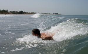 Varma vatten. Härliga vågor rullar in på Jonas. Vattnet var aldrig under 25 grader.