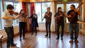Elever från BirkaFolk underhöll med folkmusik från hela landet.