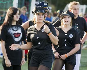 Ett lag kom till brännbollsturneringen utklädda till amerikanska poliser.