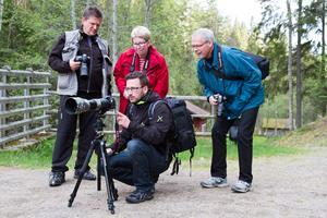 """Medlemmar av fotoklubben på utflykt till Växbo Kvarn, Sven """"Lajan"""" Westergren, Ingrid Thim, Mattias Olsson och Hans Strömberg"""