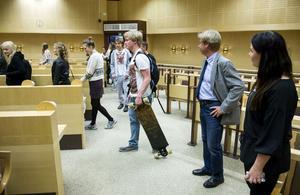 Full rulle i framtida fullmäktige? Julius Kuzmin tog med sig sin long board till kommunhuset då han och tre klasser från Skvadern var på studiebesök.