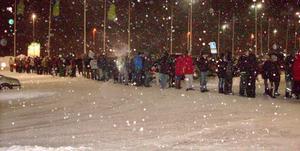 Strax före klockan sju på annandagens morgon köade alla dessa för att handla på Bollnäs Norr.
