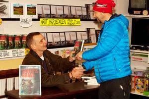 Mikael Esping mötte flera gamla och nya läsare under sin bokpresentation i Sveg.