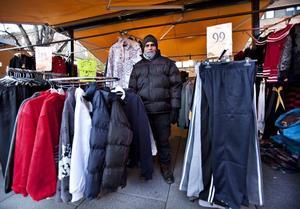 """Gillar det nya torget. Hussein Monir har sålt kläder till Gävleborna i nästan tio års tid. Han tycker att det nya torget blev fint, och att det är bra med ordningsregler för torghandlarna. """"Annars går det inte"""", säger han."""